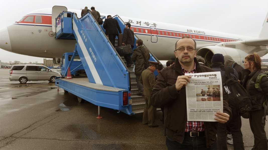 Lukács Csaba 2013-as észak-koreai útja után az észak-koreai légitársaság gépe előtt