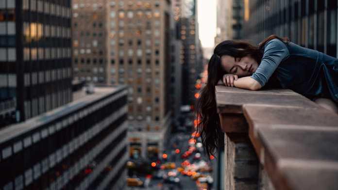 Alvó lány
