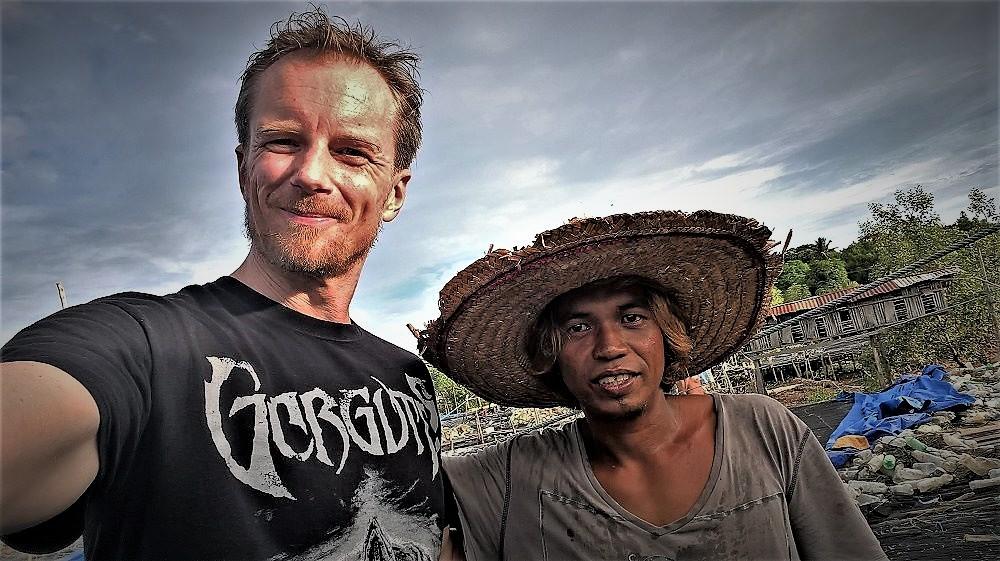 Belényi Dani 2017-ben Indonéziában egy helyi asszonnyal szelfizik