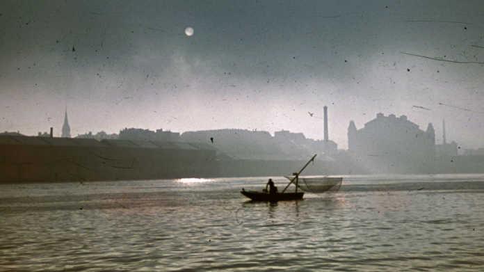 Halász a Dunán 1942-ben Budapesten, háttérben a Közraktárak és az Elevátor-ház.