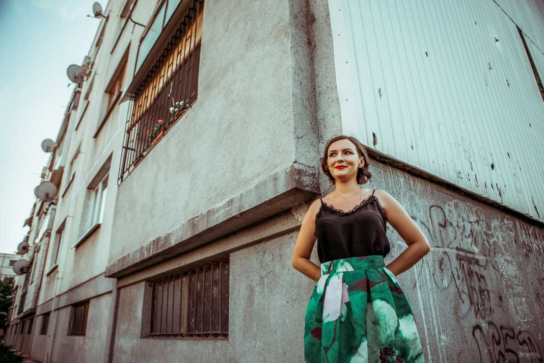 Durica Katarina egy dunaszerdahelyi panelház előtt