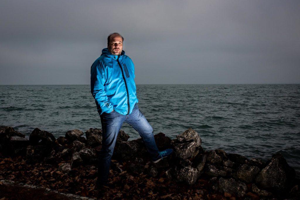 """Jordán Ferenc: """"Teljesen ad hoc módon, törzsi háborúk szintjén alakul a Balaton sorsa most éppen nyerésre állnak például az ingatlanbefektetők, a horgászok, volt amikor nyerésre állt a turizmus, tehát mindig más szava dönt: a hosszú távú koncepciók teljes hiánya látható."""" / Fotó: Vörös Szabolcs"""